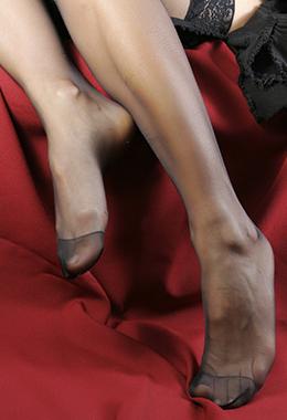 Frauenfüße in Nylons